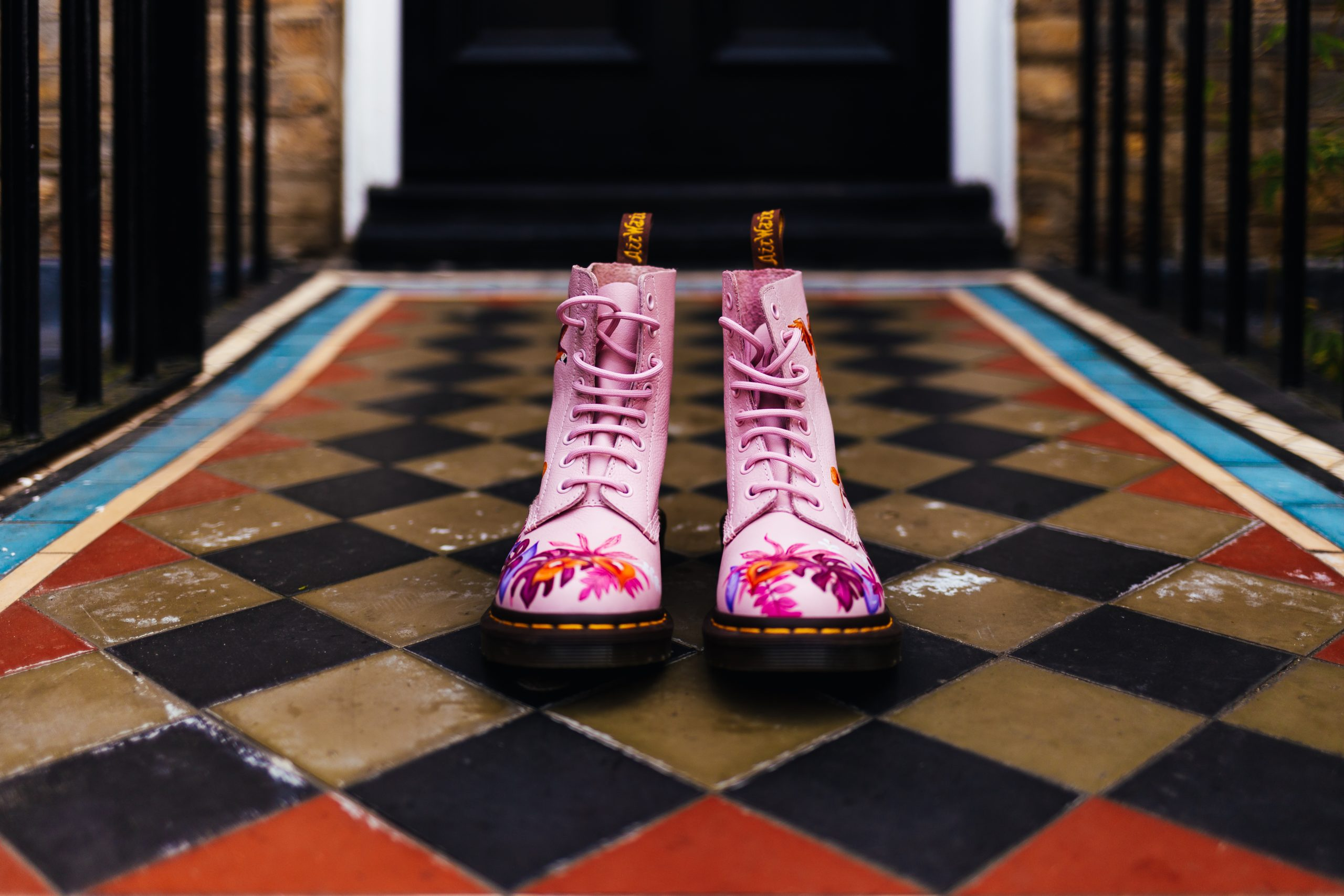 Relaxed Wedding - Super Cool wedding Dr Martens in pink